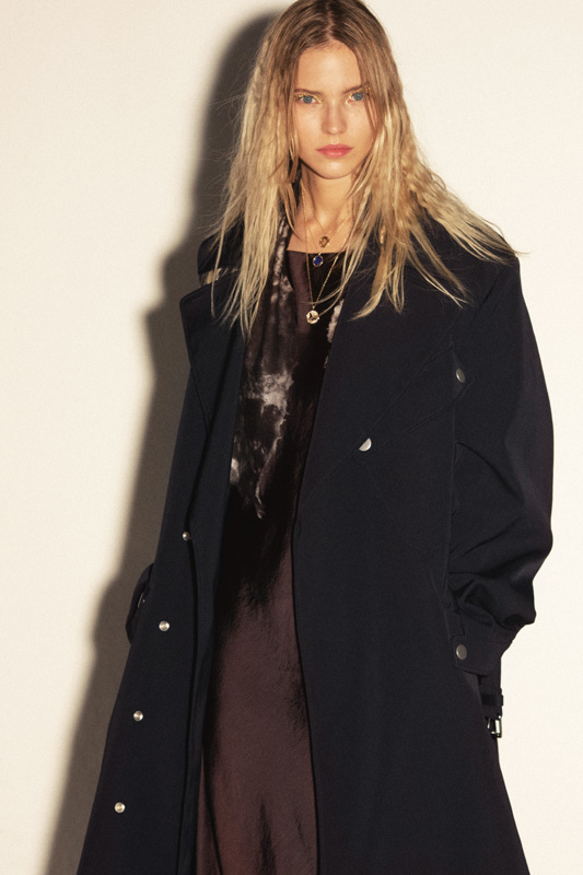 Manteau en coton, BOSS. Robe en soie, ERIKA CAVALLINI. Foulard, AVANT TOI. Colliers, CHAUMET.