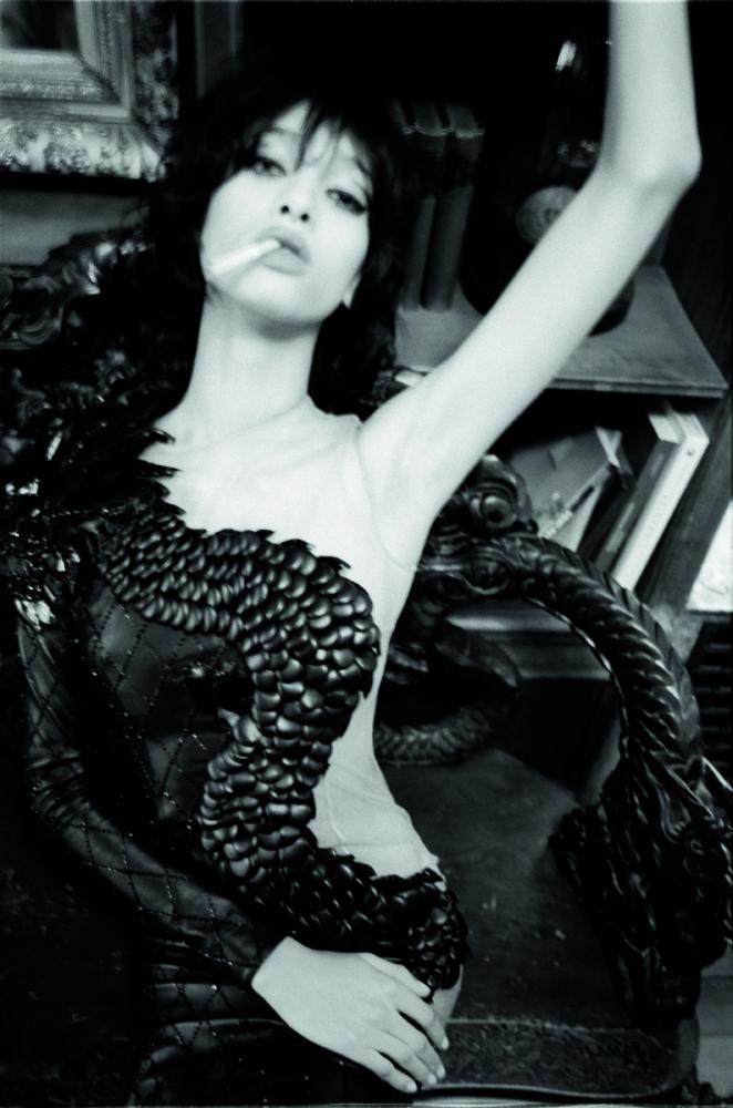 Longue robe asymétrique à broderie dragon en cuir, BALMAIN.