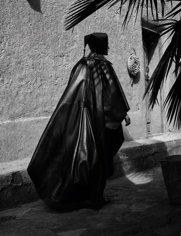 Long leather cape, ALBERTA FERRETTI. Hat, JOLIBE.
