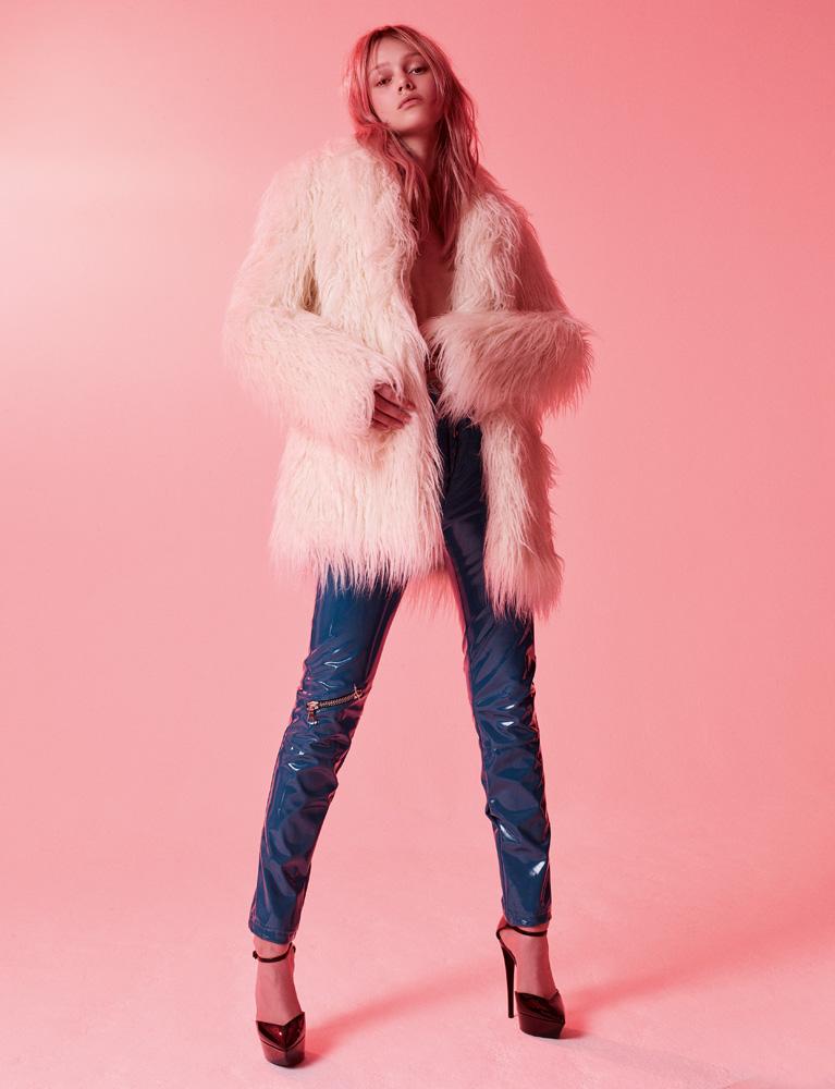 Manteau en fausse fourrure, LONGCHAMP. Pantalon en vinyle, UNRAVEL PROJECT. Chaussures, SAINT LAURENT PAR ANTHONY VACCARELLO.