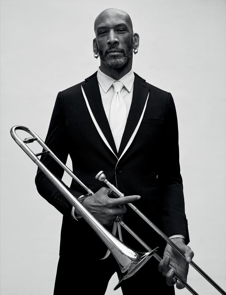 Veste à double col et pantalon en drap de laine, chemise en popeline de coton et cravate, Burberry. Trombone, Blessing.
