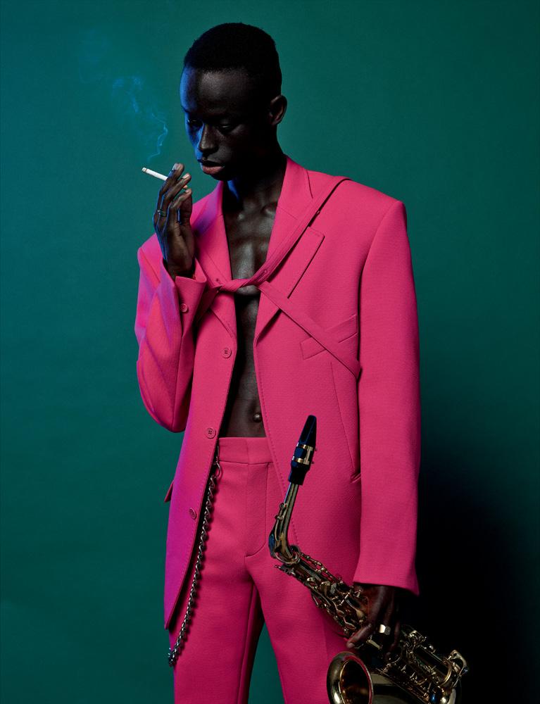 Veste et pantalon en drap de coton, Louis Vuitton. Chaîne personnelle. Saxophone, Advences.