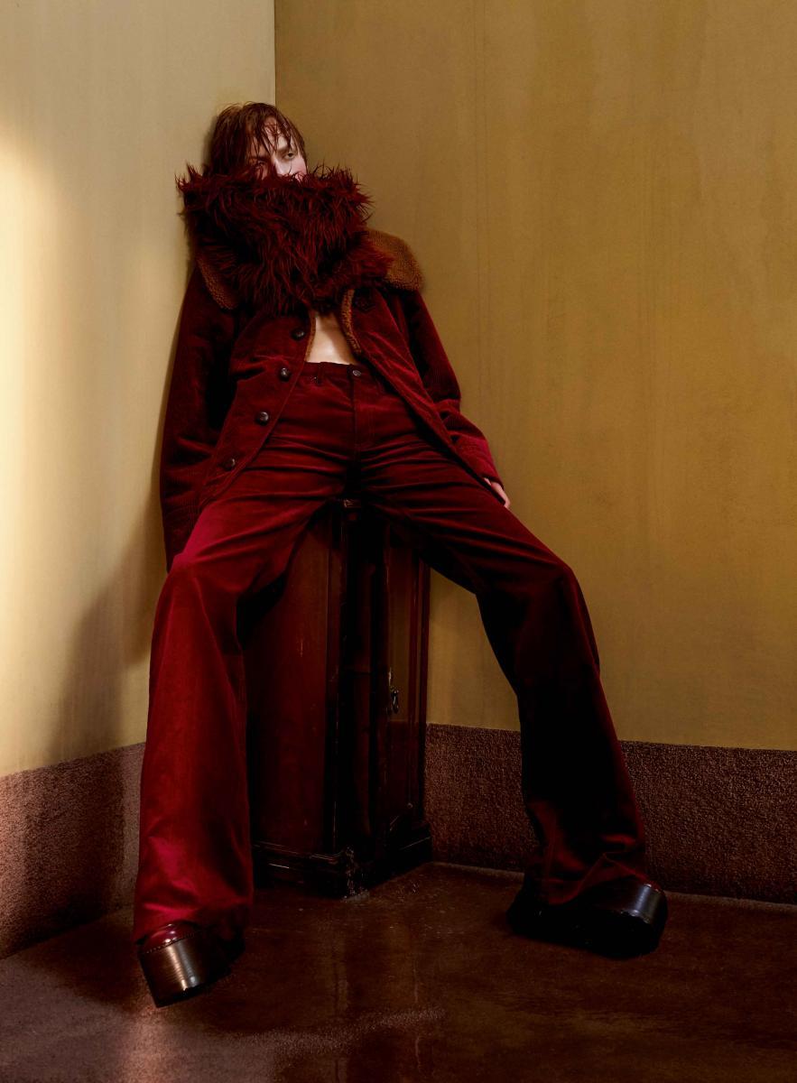 Veste et pantalon en velours côtelé, et chaussures, MARC JACOBS. Étole en fausse fourrure, MARNI.