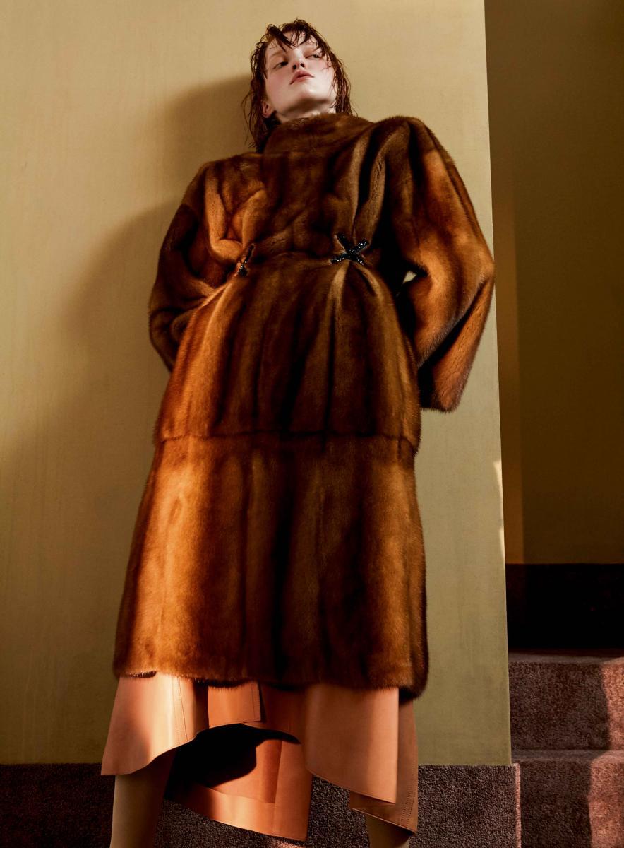 Manteau en vison, FENDI. Jupe en cuir d'agneau, NINA RICCI.