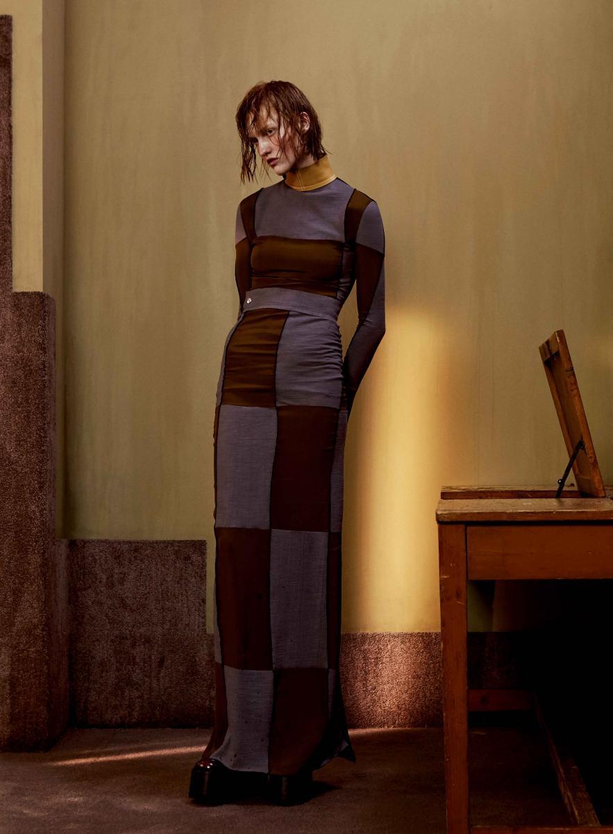 Haut et jupe en patchwork de crêpe de soie, LOEWE. Chaussures, MARC JACOBS.