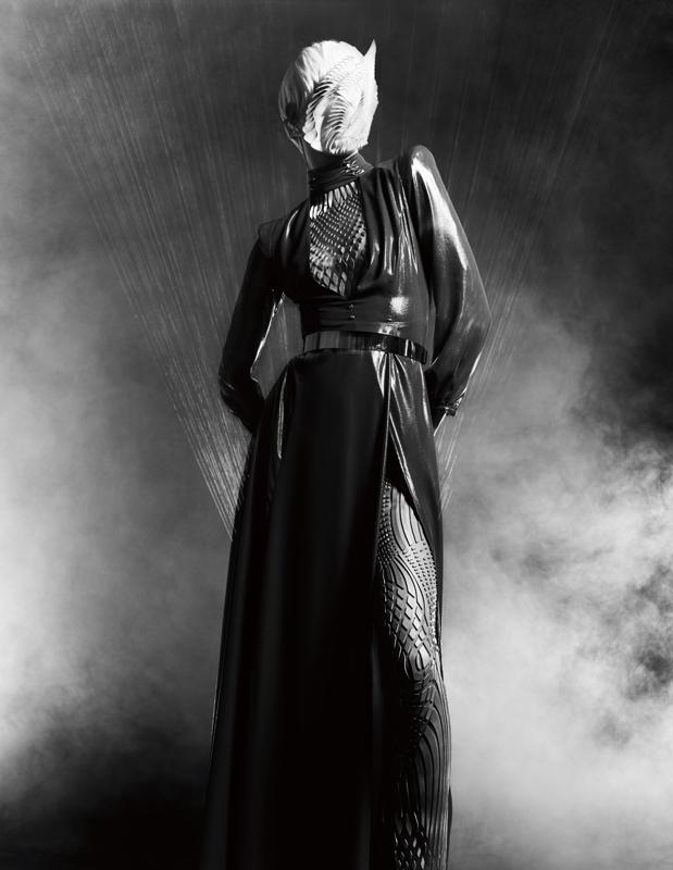 """Robe longue en georgette satiné, ELISABETTA FRANCHI. Combinaison à motifs coupés au laser et cousus sur du tulle, et collier """"Foliage"""" (sur la tête) à motifs feuilles en impression 3D, IRIS VAN HERPEN COUTURE. Ceinture, ATELIER AZZARO."""
