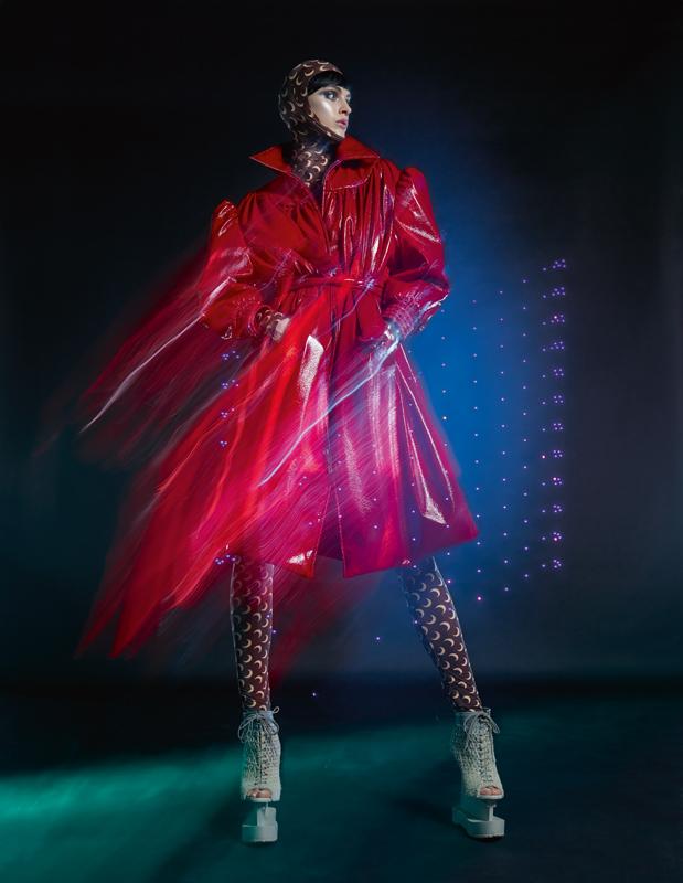 Manteau en cuir, MIU MIU. Combinaison et cagoule, MARINE SERRE. Chaussures, IRIS VAN HERPEN COUTURE.