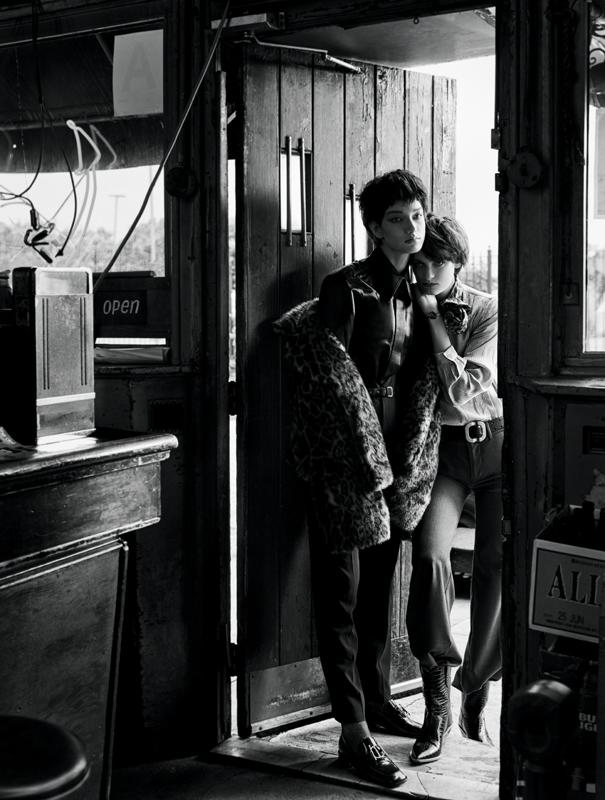Manteau en fausse fourrure, NILI LOTAN. Pantalon en laine et ceinture, RED VALENTINO. Chaussures, DIOR. Chaussettes, CALZEDONIA. Chemise en cuir vintage.