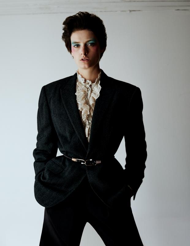 Pantalon en laine, SALVATORE FERRAGAMO. Ceinture, MIU MIU. Bottes, FENDI. Blouse vintage. Page de droite : veste et pantalon en laine, et blouse à jabot en soie, IRO.