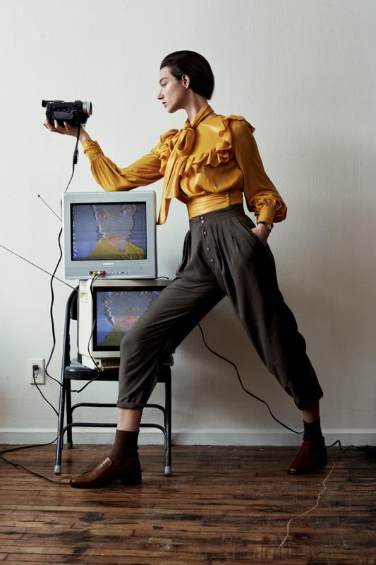 Chemise à lavallière et à volant en georgette de soie, ELISABETTA FRANCHI. Pantalon vintage. Chaussures, A.W.A.K.E. Chaussettes, CALZEDONIA.