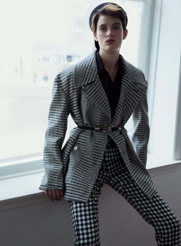 Veste et pantalon en laine pied-de-poule, et chemise en laine, Y-3. Casquette, DIOR.
