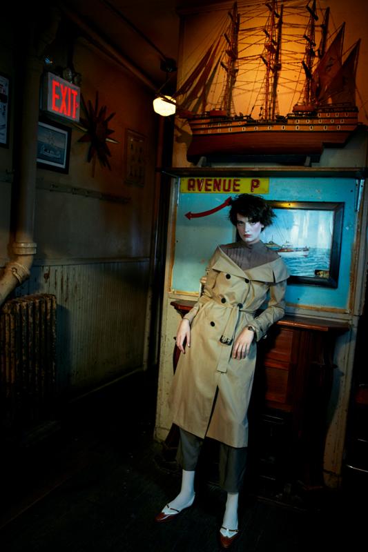 Trench en gabardine, DIOR. Chaussures, MANOLO BLAHNIK. Blouse en soie et pantalon en laine vintage.