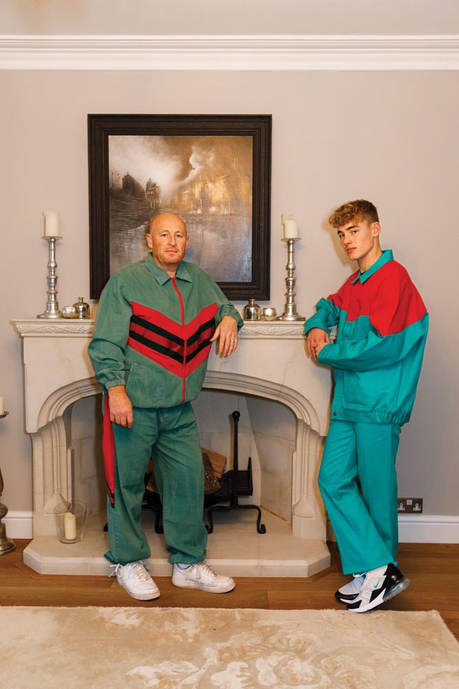 À gauche : veste et pantalon de jogging en denim, Gucci. Baskets et chaussettes, Nike. Bague personnelle. À droite : veste et pantalon en gabardine de coton, Gucci. Baskets et chaussettes, Nike.