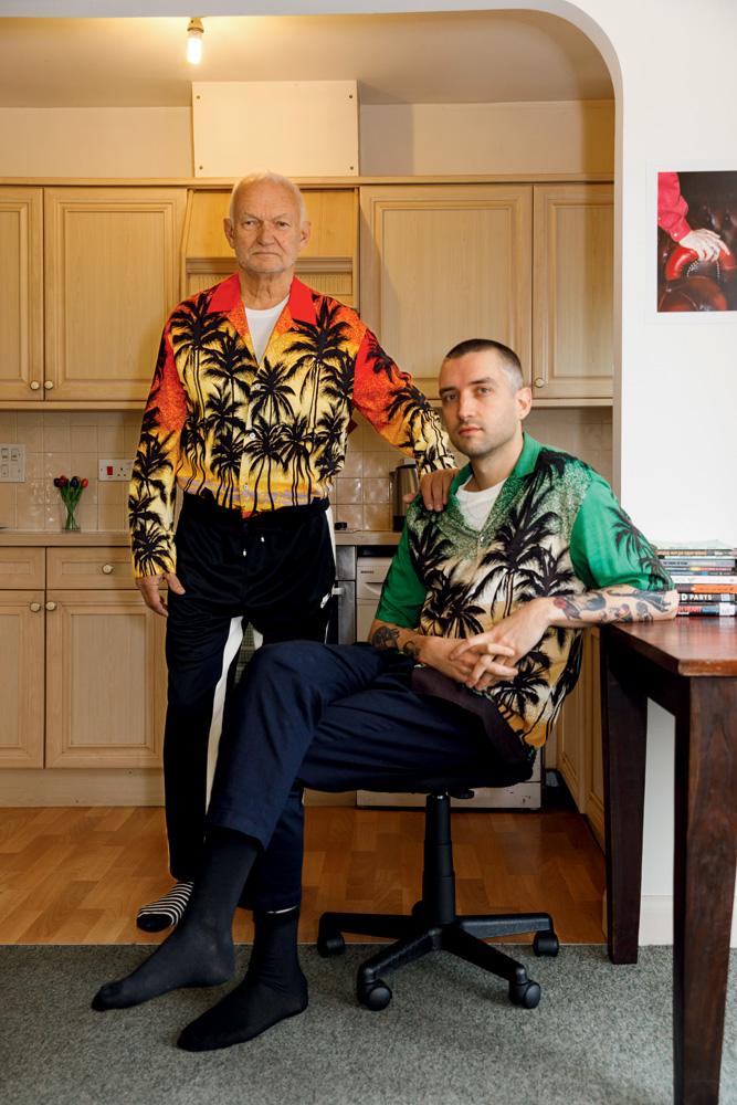 À gauche : blouson-chemise en popeline de coton imprimée, Wooyoungmi. Tee-shirt en jersey de coton, Uniqlo. Pantalon de jogging en jersey, Nike. À droite : chemise en voile de coton imprimé et pantalon en gabardine de coton, Wooyoungmi. Tee-shirt en jersey de coton, Uniqlo.