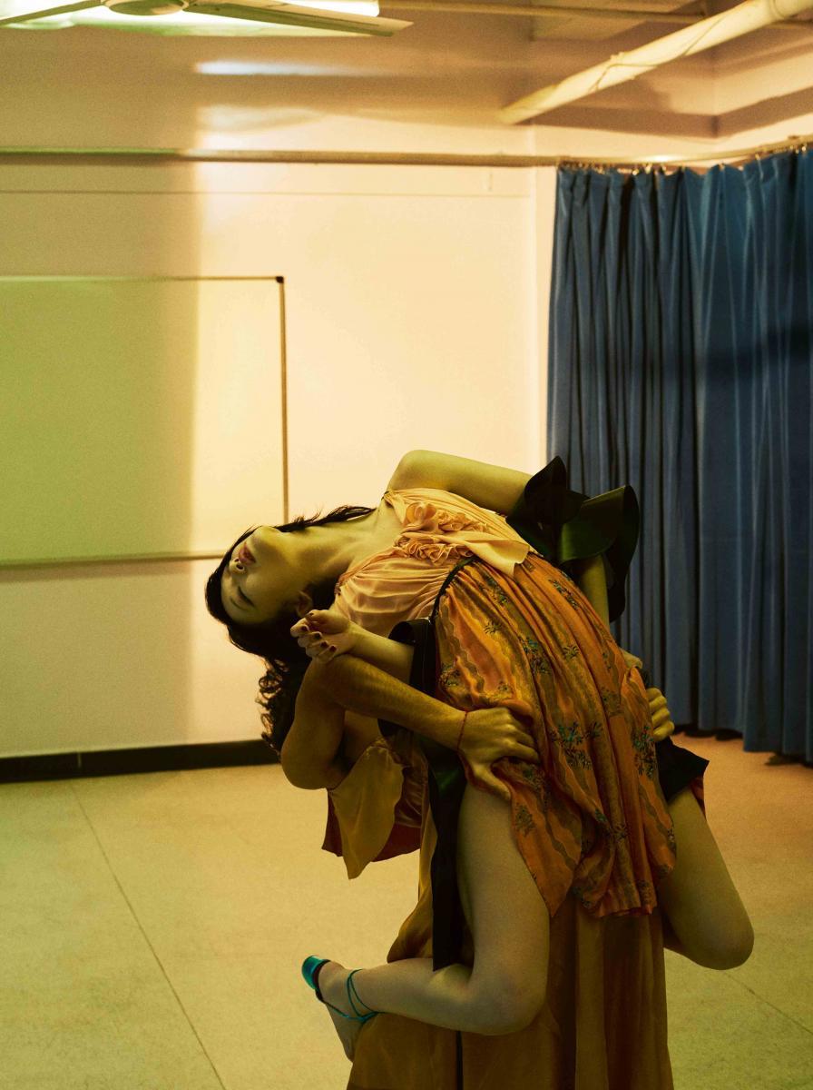 Elle : robe en soie imprimée, LOUIS VUITTON. Sandales, MISSONI.
