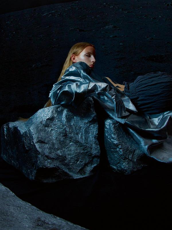 Manteau en cuir argenté et pantalon en coton, GIORGIO ARMANI.