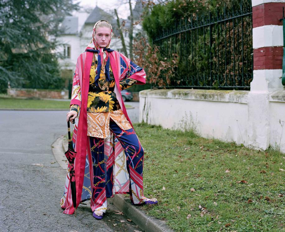 Kimono et pantalon en soie, PINKO. Veste en coton, DRIES VAN NOTEN. Chemise en soie imprimée, ETRO. Foulard vintage, HERMÈS. Ceinture et collier, VERSACE. Chaussures, KOCHÉ. Parapluie, LÉONARD.