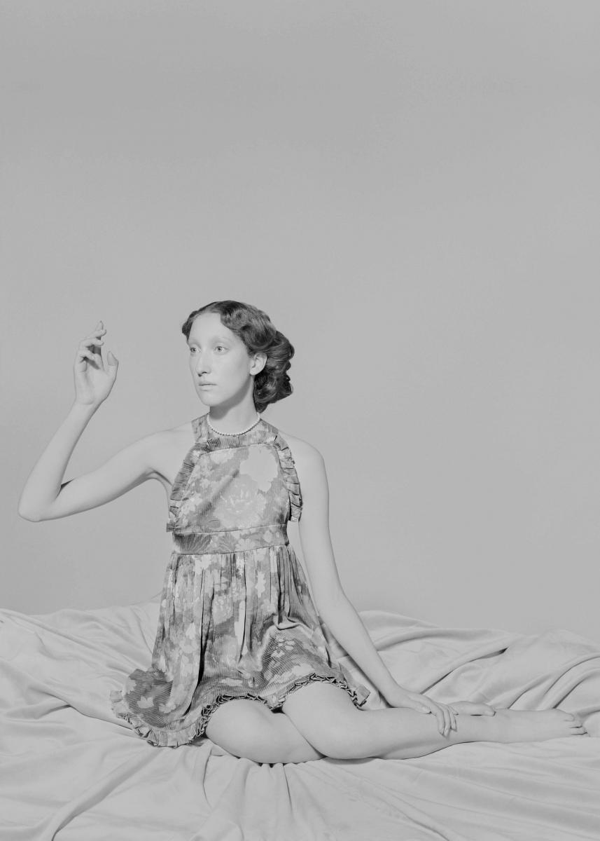 """Robe à volants """"Baby Doll"""" en soie imprimée, BALENCIAGA. Collier vintage."""