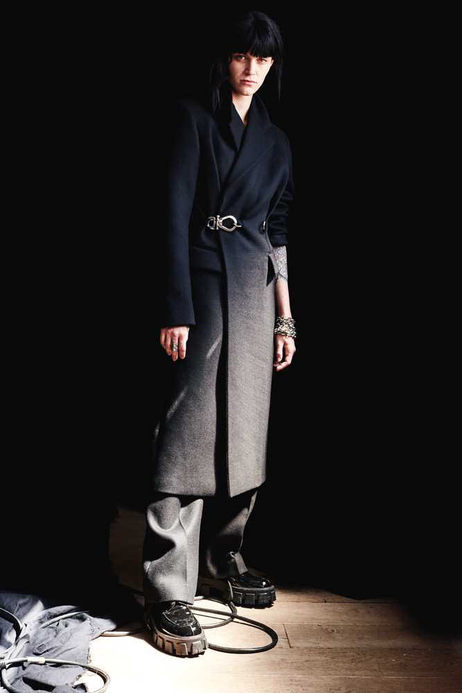 Manteau en laine, PRADA. Bracelets, EVANET. Bagues, PHILIPPE AUDIBERT. Boucle d'oreille, CAMILLE ENRICO
