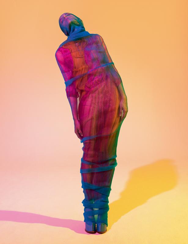 Robe tube en Nylon portée sur une robe en organza et fils de métal, et chaussures, MAISON MARGIELA ARTISANAL PAR JOHN GALLIANO.
