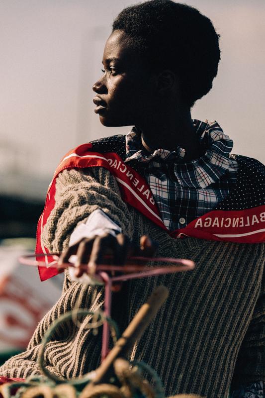 Chemise en flanelle de coton écossaise et pull en laine à col foulard en soie, BALENCIAGA.