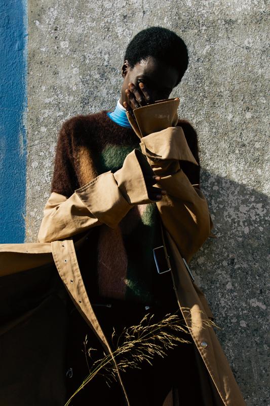 Trench en coton, ACNE STUDIOS. Pull en mohair et laine, ROBERTO COLLINA. Col roulé en viscose, SPORTMAX. Pantalon en coton, CHLOÉ.