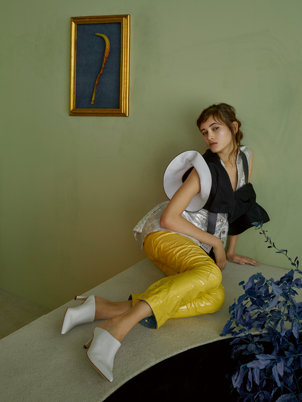 Haut en soie, gilet en coton et soie, et pantalon en cuir verni, LOUIS VUITTON. Chaussures, STUART WEITZMAN.    Mannequin : Greta Varlese chez Elite Model Management. Coiffure : Philippe Tholimet avec Oribe Hair Care chez Saint Luke. Maquillage : Rebecca Wordingham avec Make Up For Ever chez Saint Luke Artist Management. Manucure : Jenny Longworth chez CLM. Assistant réalisation : Fernando Damasceno. Décor : Thomas Bird chez Bryant Artists. Production : Guillaume Terrasson chez Michele Filomeno.