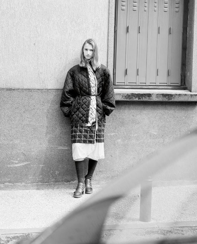 """Manteau """"Layered"""" matelassé en coton et soie, BALENCIAGA. Chaussettes, CALZEDONIA. Chaussures, GEOX."""