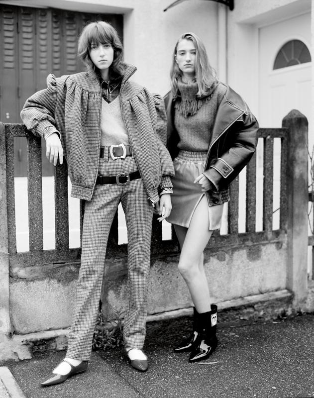 A gauche et à droite : blouson et pantalon en laine pied-de-poule, pull en mohair, chemise en denim, ceintures, chaussettes et chaussures, MIU MIU. Blouson et jupe en cuir, pull en mohair et bottines, MIU MIU.