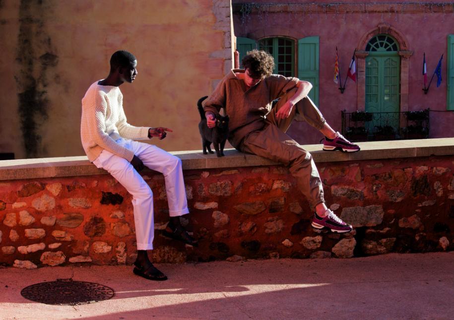 À gauche : pull en maille de coton et lin, pantalon en toile de coton et sandales,Hermès. À droite : polo en maille de coton, pantalon de jogging en cuir et sneakers,Ermenegildo Zegna Couture.