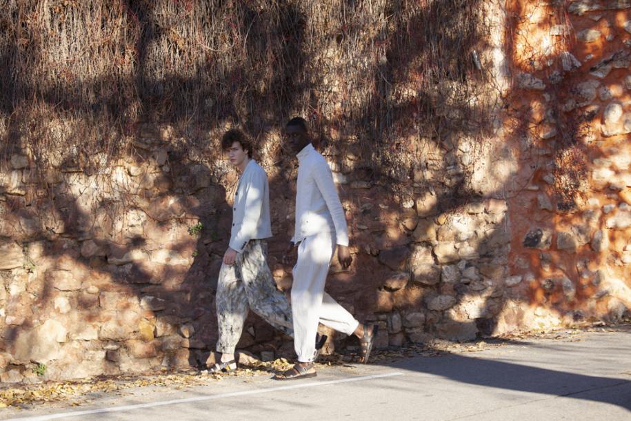 À gauche : veste en lin mélangé et pantalon en soie imprimée,Giorgio Armani.Sandales,Hermès. À droite : veste asymétrique en toile de lin et pantalon en seersucker,Giorgio Armani.Sandales,Hermès.