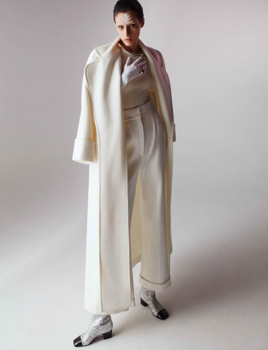 Manteau et pull en laine et cachemire, pantalon en crêpe et bottes, CHANEL. Gants, SERMONETA. Bague vintage