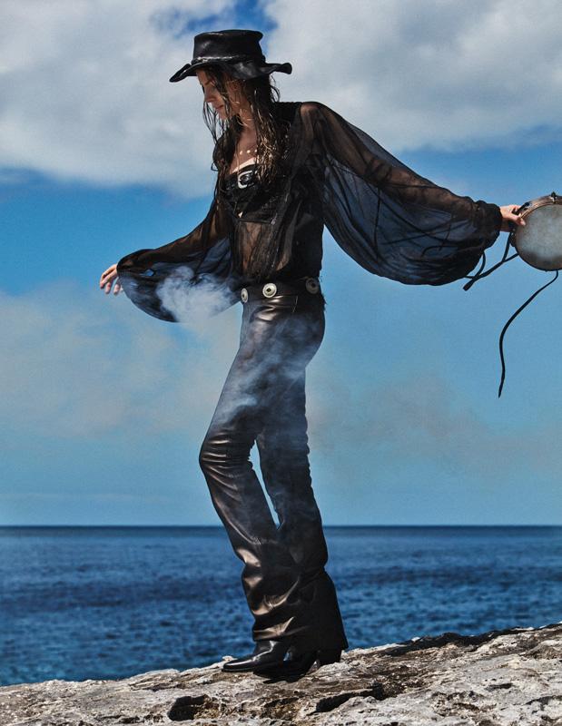 Blouse en mousseline de soie, bustier et pantalon en cuir, et boots, REDEMPTION. Chapeau vintage, DOUBLE RL.