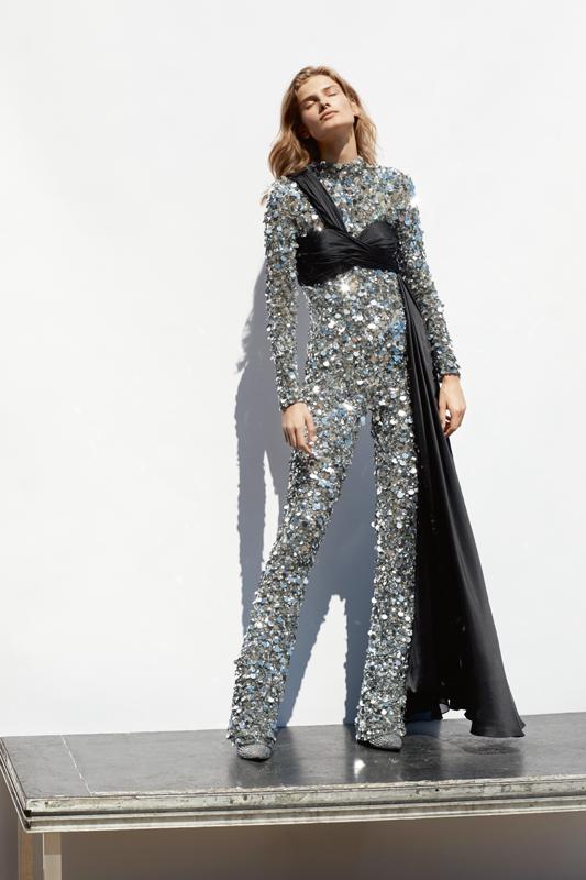 Combinaison entièrement rebrodée de sequins et bustier en mousseline drapée, MOSCHINO. Bottines, GIUSEPPE ZANOTTI.