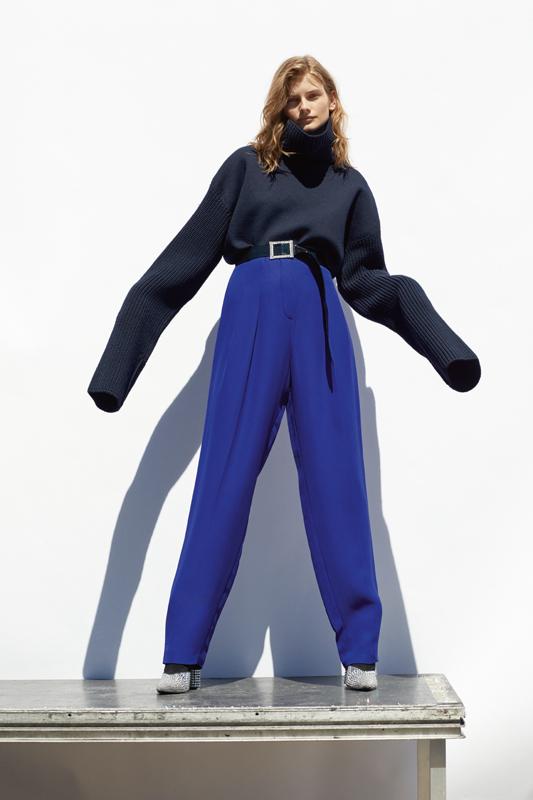 Pull en jersey et laine, et pantalon en soie, LANVIN. Ceinture , ALEXANDRE VAUTHIER. Bottines, GIUSEPPE ZANOTTI.