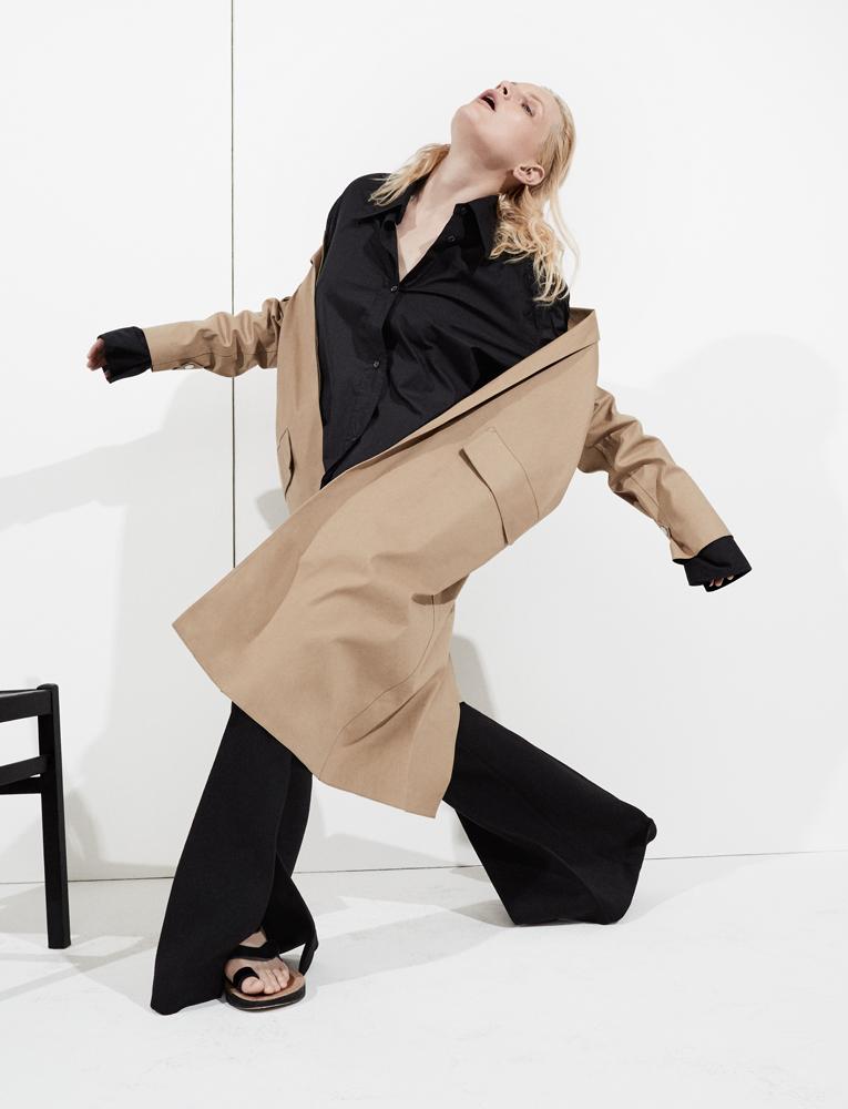 Imperméable et chemise longue en coton, pantalon en laine et cachemire double-face, et sandales, CÉLINE.