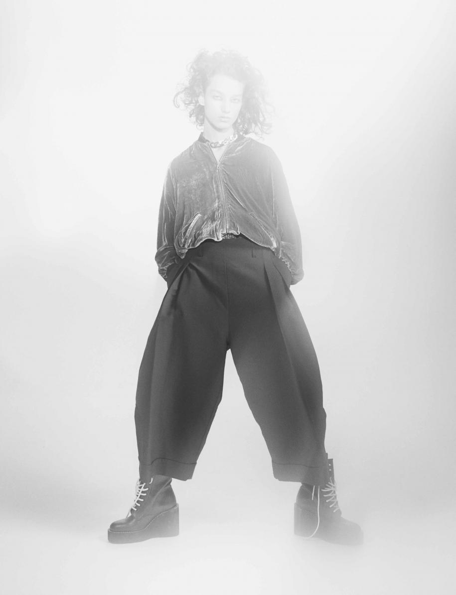 Bomber en viscose et soie, ROBERTO COLLINA. Pantalon en soie mélangée, ELLERY. Collier, AMBUSH. Chaussures, SACAI X PIERRE HARDY.