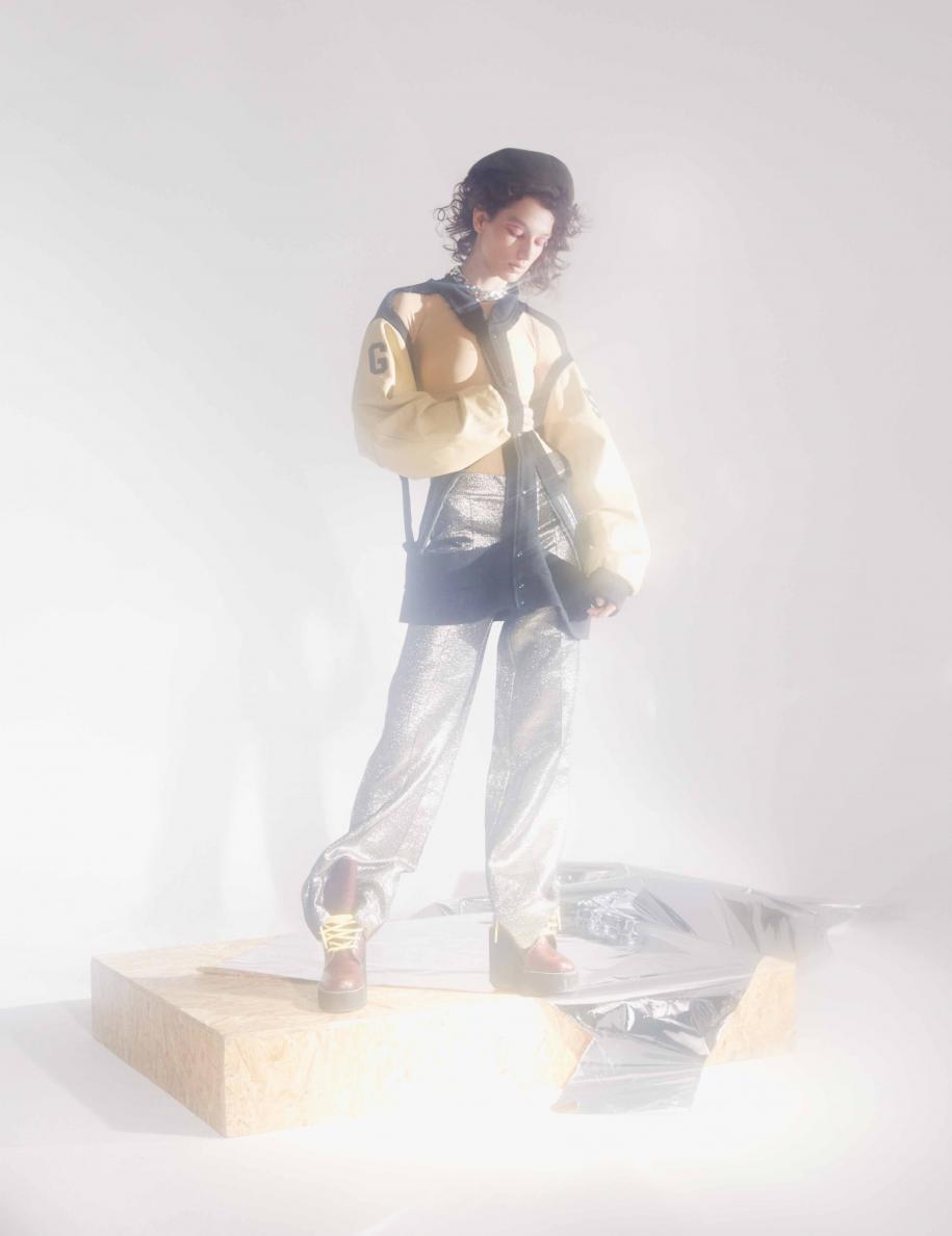 Veste en cuir et jersey, et body en jersey technique, MAISON MARGIELA. Pantalon en polyester et coton, ROBERTO COLLINA. Chaussures, SACAI X PIERRE HARDY. Béret, LAROSE PARIS. Collier, AMBUSH.