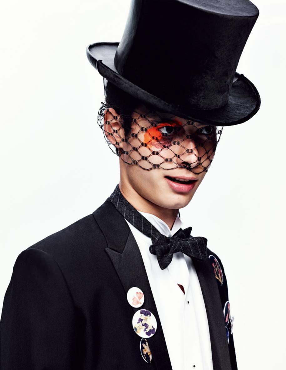 Veste de smoking en mohair, chemise en coton, nœud papillon et badges, Dior Homme. Chapeau haut de forme et voilette, Stephen Jones pour Thom Browne.