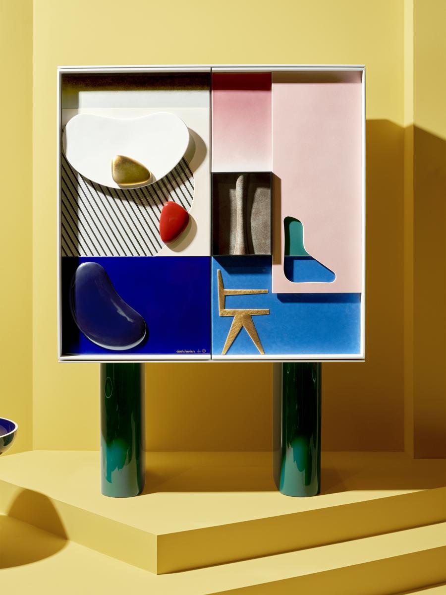 Cabinet de Doshi Levien (2017), édition de 8, porcelaine et bois laqué.Photo : Philippe Fragnière.