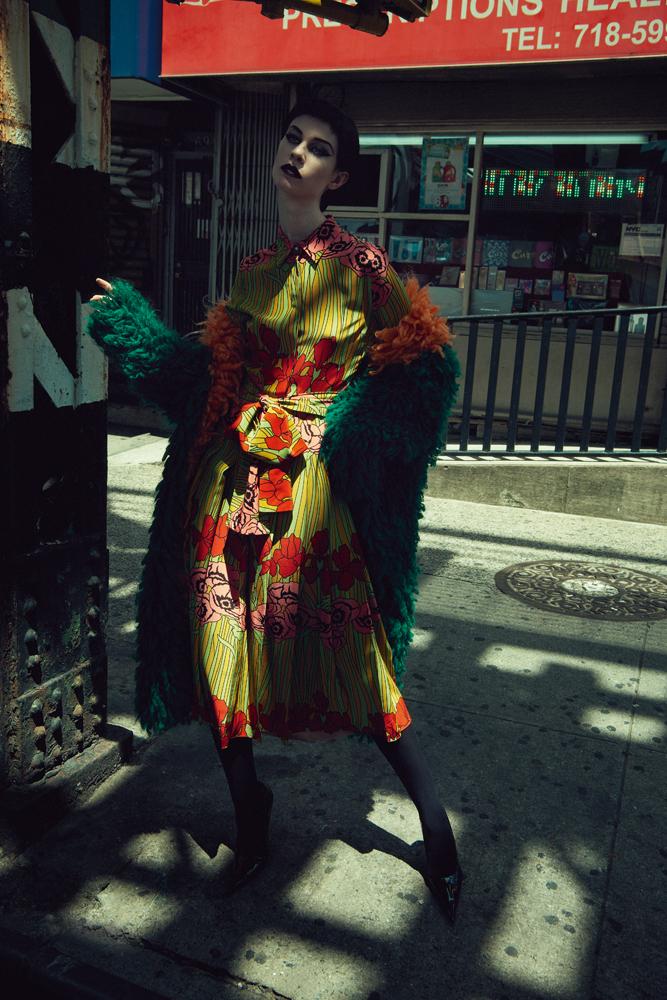 Manteau en mohair et robe en soie imprimée, GUCCI. Collant, WOLFORD. Escarpins, RICHARD QUINN.