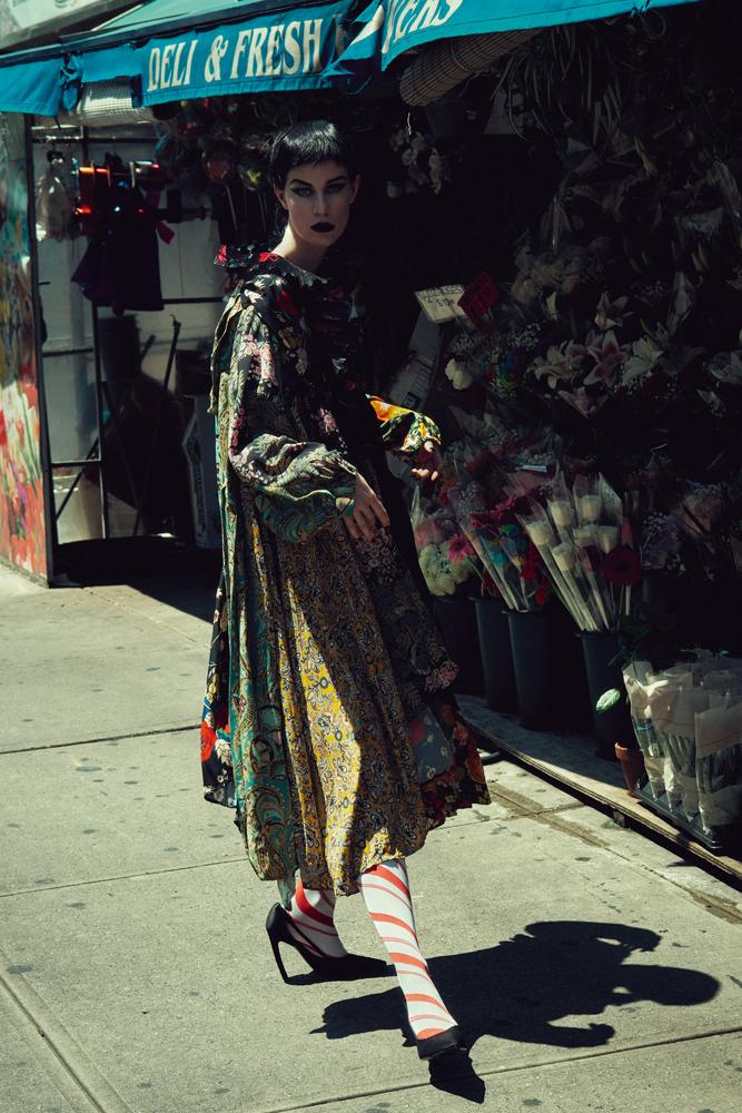 Robe en crêpe, georgette de soie et jersey Stretch, chaussettes et escarpins, BALENCIAGA.