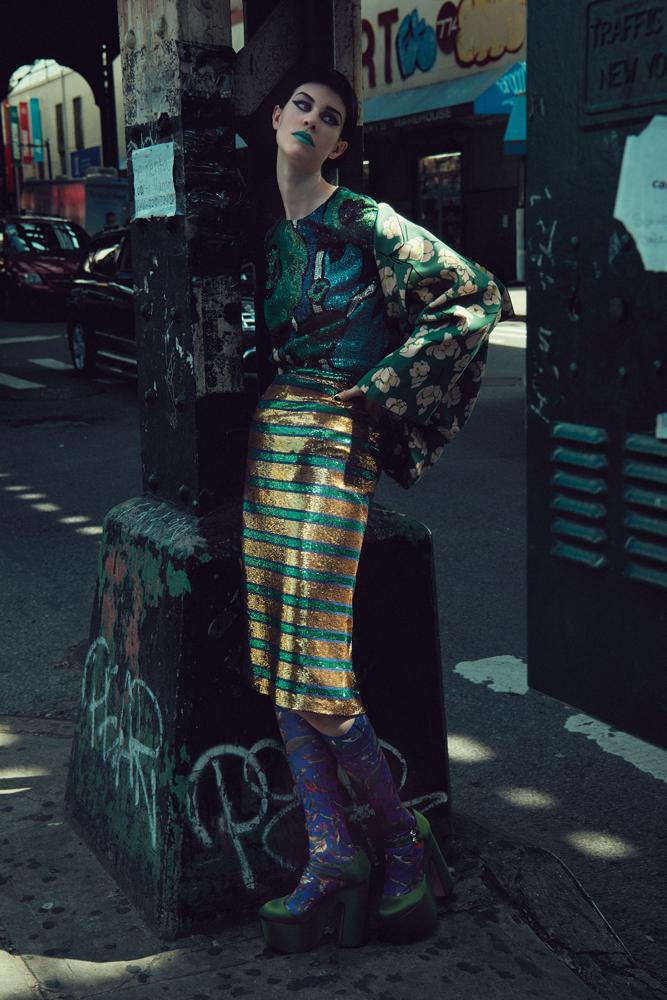 Robe en soie brodée de sequins portée en tee-shirt, BURBERRY. Veste en coton imprimé, jupe brodée de seqins et chaussures, ROCHAS. Chaussettes vintage.