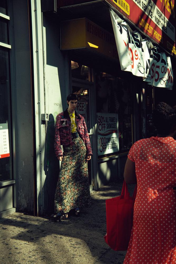 Blouson et jupe en jacquard de coton Gobelins, et ceinture, MIU MIU. Chemise en soie imprimée et chaussures, ROCHAS.