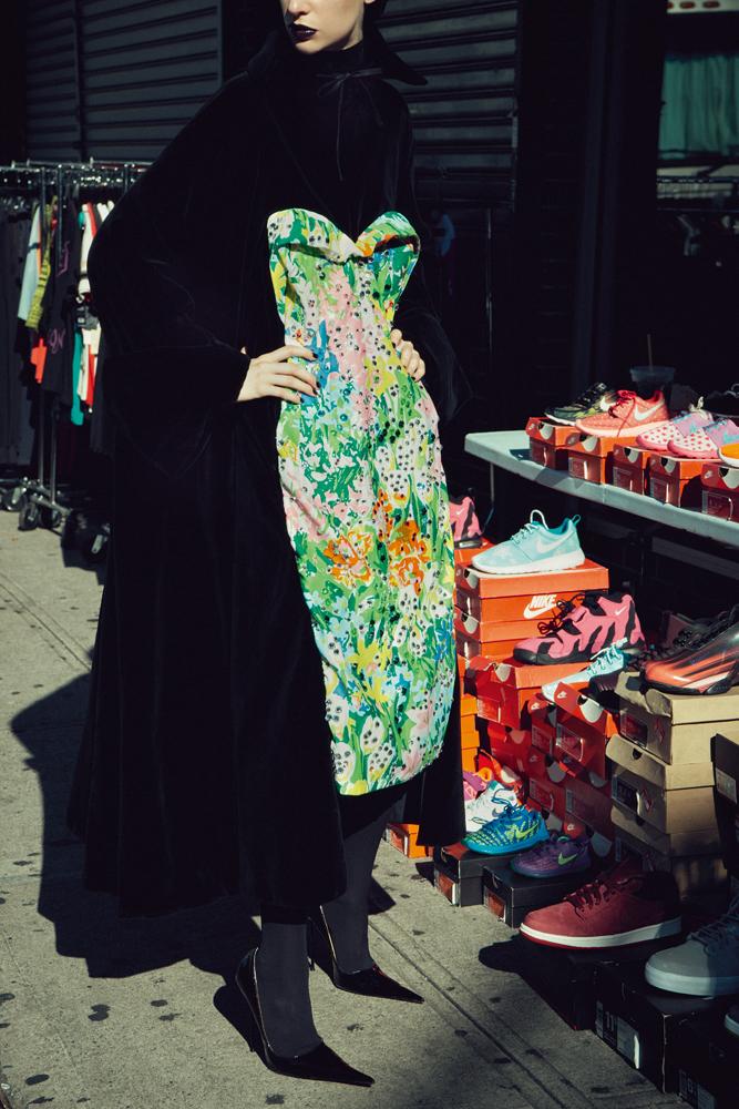 Robe en velours de coton à empiècement en satin duchesse imprimé et escarpins, RICHARD QUINN. Collant, WOLFORD.