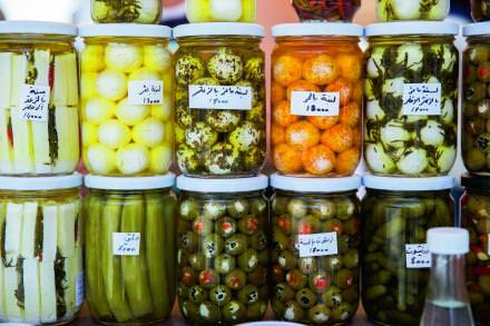 13h00 Gastronomie libanaise   Kamal Mouzawak est le porte-étendard de la nouvelle gastronomie libanaise. Dans le quartier de Gemmayzé, son restaurant Tawlet propose chaque jour une cuisine concoctée par un chef venu d'une région différente du pays. Une savoureuse façon de faire connaissance avec l'art de vivre libanais.   soukeltayeb.com