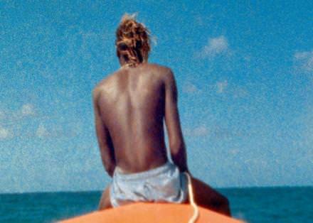 Image extraite de Steve McQueen, Ashes, 2014-15, double projection vidéo HD synchronisée (transférée d'après des films 8 mm et 16 mm), son, écran double-face, affiches. 20 min. 31 sec. Courtesy of the artist and Marian Goodman Gallery.