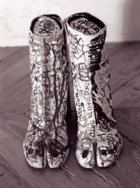 Image d'archives d'une paire de Tabi issue de la collection printemps-été 1990 par Maison Martin Margiela. Photo Tatsuya Kitayama