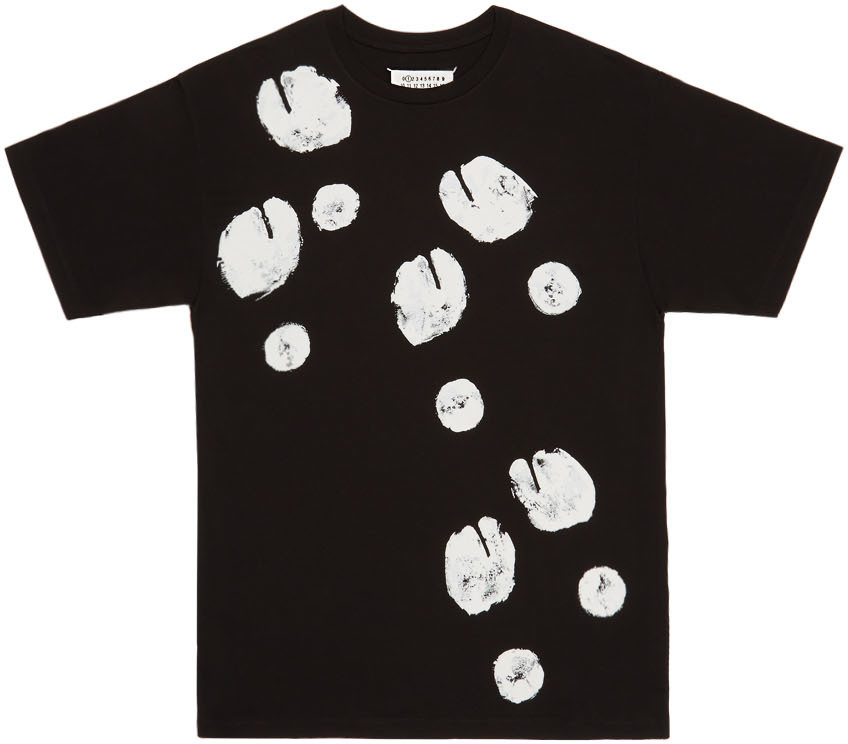 "Tee-shirt de la collection capsule ""Tabi"" par Maison Margiela."