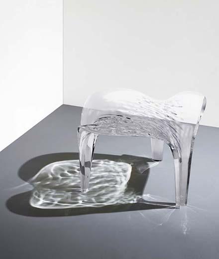 """Tabouret """"Liquid Glacial"""" de Zaha Hadid,galerie David Gill, Londres."""